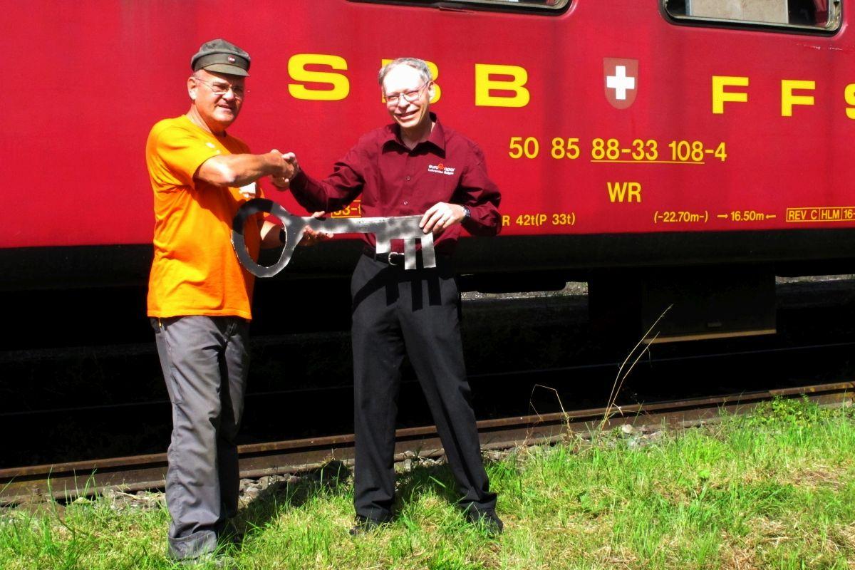 Thomas Locher, Präsident des Vereins Seetal-Wagen übergibt den symbolischen Wagenschlüssel an Hansueli Kneuss als Vertreter der Eurovapor, 21. August 2014 | Bild: EV/ZVG