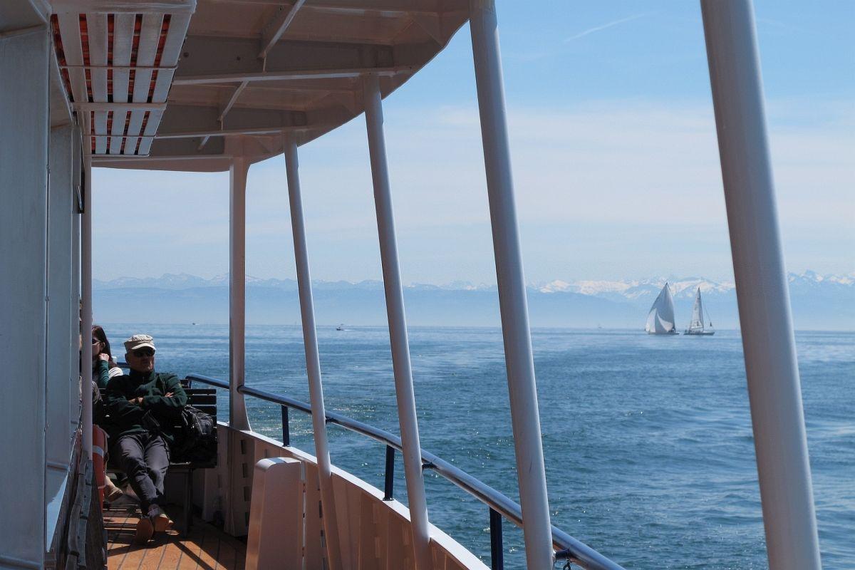 Ferienstimmung auf dem Schiff der SBS, blauer Himmel, weisse Berge, blaues Wasser, Segelschiffe. 21.05.2016 | Bild: H.U. Kneuss