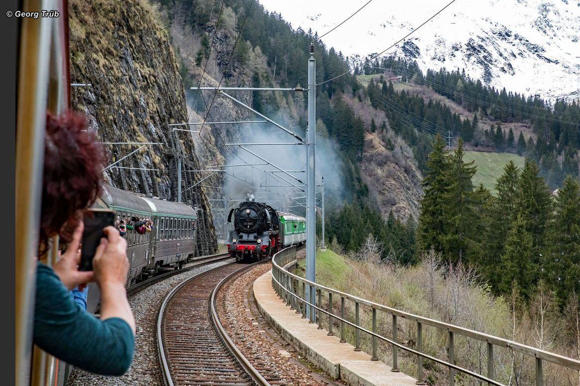 Dampflok 50 3673 fährt parallel zu unserem Extrazug, so dass die zahlreichen Fotografen aus dem fahrenden Zug ein seltenes Bild der schwer arbeitenden Dampflok machen können. 27. April 2019 | Bild: Georg Trüb