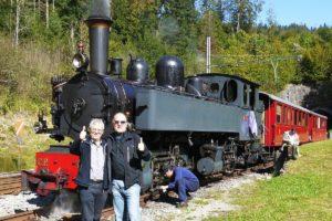 """Sepp und ein Kollege geben einen """"Daumenhoch"""" für die gelungene Scheinanfahrt mit der Schmalspur-Dampflok in Bollement am 27. September 2014"""