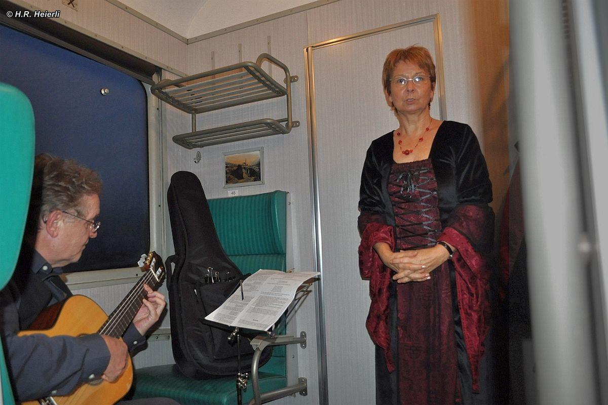 Kinderlieder werden vorgetragen im Leichstahlwagen 07.11.2010   Bild: H.R. Heierli