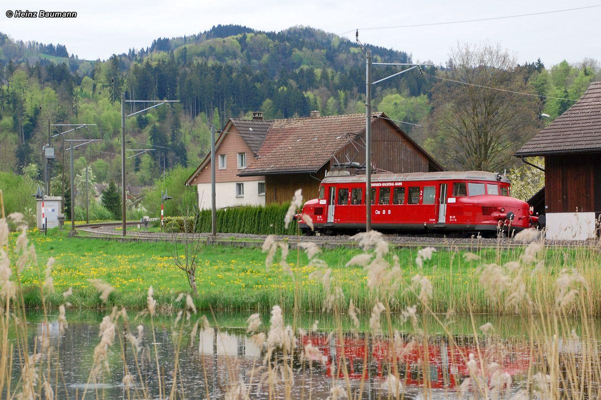 Der knallrote RBe 2/2 OeBB 202 spiegelt sich im Weiher bei Saland 01. Mai 2012 | Bild: Heinz Baumann