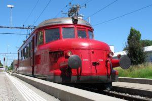 Der Rote Pfeil RBe 2/4 202 der OeBB steht am Hausperron in Bischofszell Stadt bereit für die nächste Runde der Extrafahrten anlässlich der Rosenwoche, 26. Juni 2011 | Bild: H.U. Kneuss