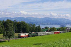 Re 4/4' 10034 in den TEE-Farben und das Krokodil der ÖBB 1020 042 ziehen unseren Extrazug vor der Kulisse des Zürichsees nach Wollerau herauf, 21. September 2013 | Bild: Erik Schneider