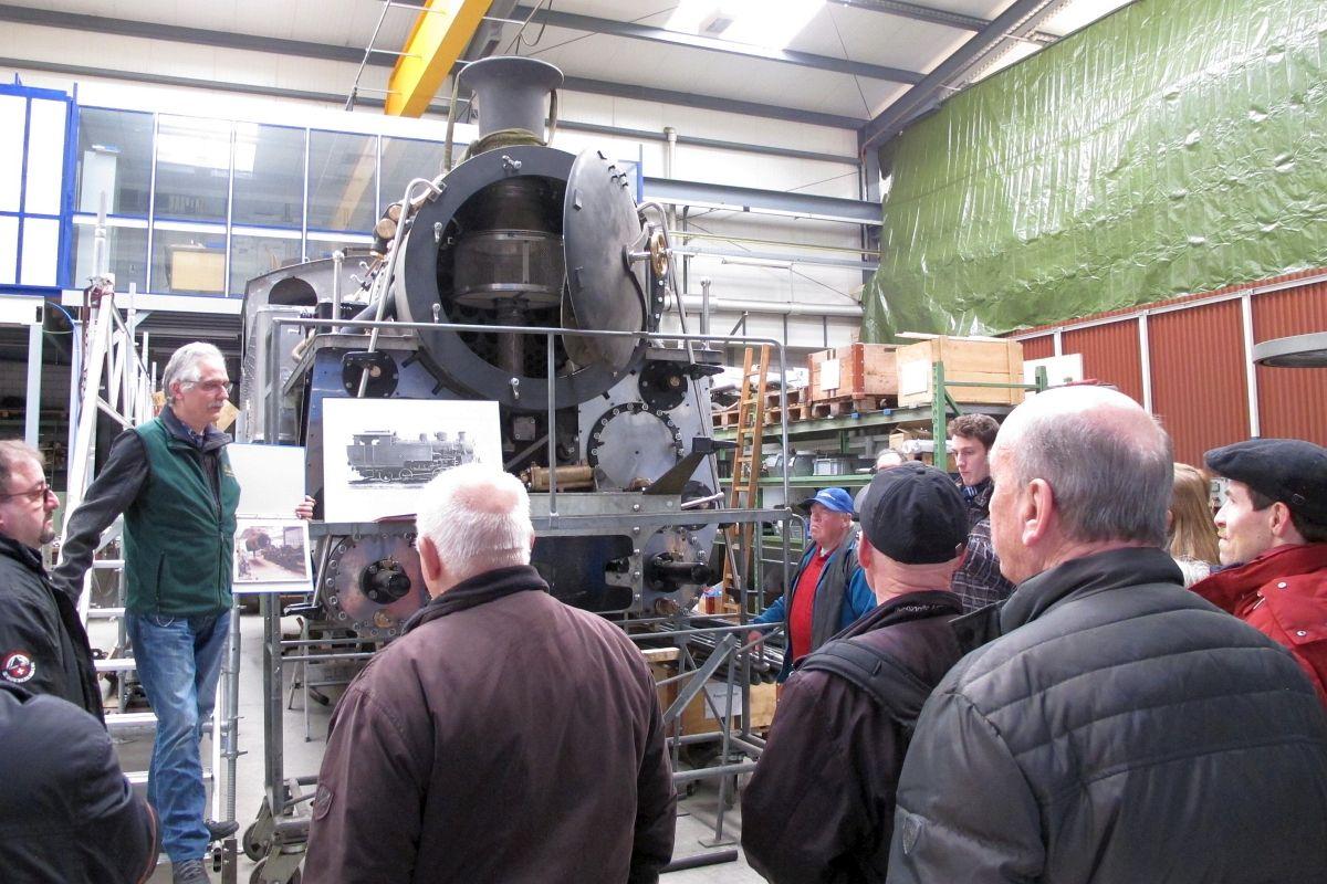 Ein Mitarbeiter der DFB-Werkstatt in Uzwil erzählt von der überaus aufwendigen Wiederinstandstellung der Schmalspur-Zahnraddampflok der DFB, welche aus Vietnam zurückgeholt wurde. 25.02.2017 | Bild: H.U. Kneuss