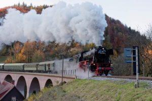23 058 am Ende des gebogenen Strümpfelbach-Viaduktes zieht etliche grüne Reisezuwagen aller Arten hinter sich her. Aufnahme entstand bei der erfolgreichen Lastprobefahrt am 31. Oktober 2020. Bild: ZVG