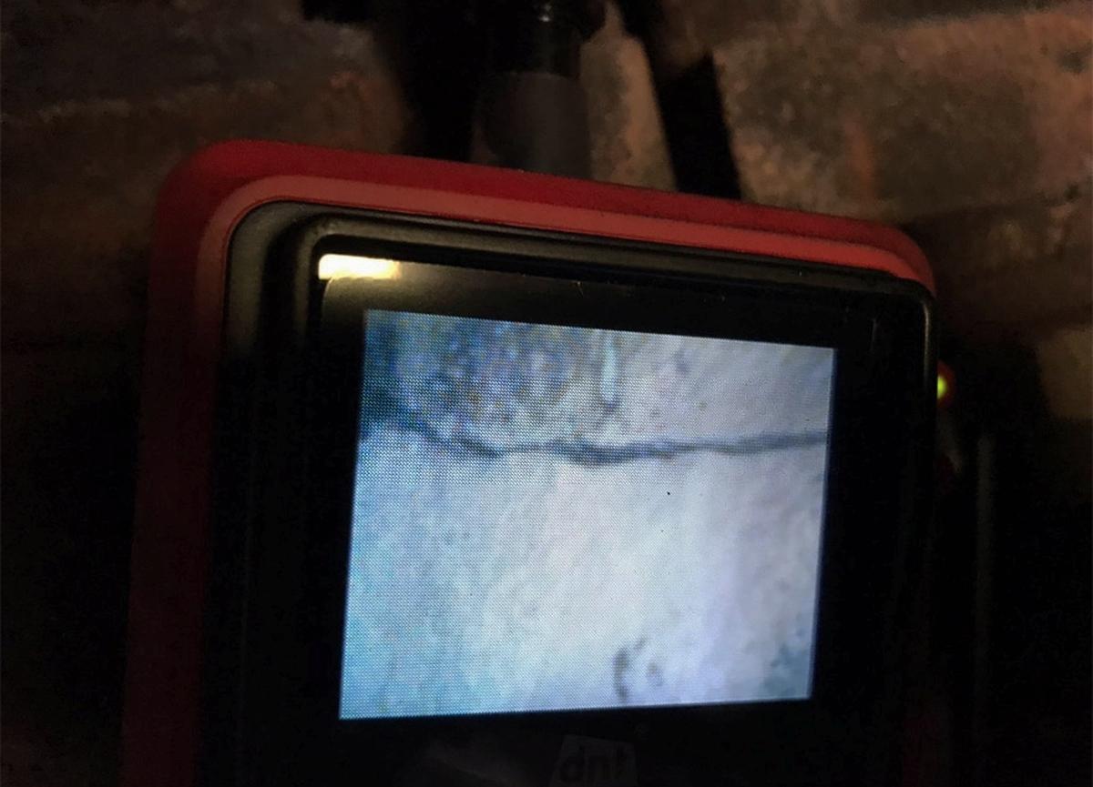 Der Spannungsriss im Dampfsammelkasten ist dem auf Endoskopie-Bildschirm deutlich zu erkennen. Juli 2020 | Bild: Gruppe 23 058 / ZVG