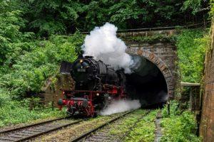 23 058 bei Querung des Ohrenklingenbaches zwischen dem Haller-Tunnel und Gottwollshauser Tunnel der Hohenlohnebahn Crailsheim - Heilbronn, umgeben vor lauter Grünzeugs. 06.06.2020 | Bild: Marcus Benz