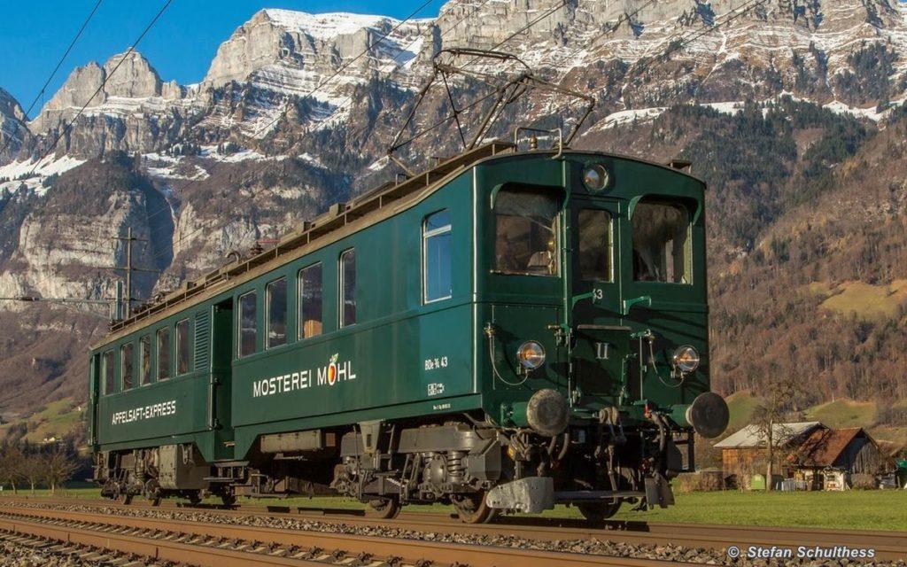 Unser «Apfelsaft-Express» BDe 3/4 43 in Walenstadt bei schönstem Wetter vor der Bergkulisse der Churfürsten. 08. Dezember 2013. Bild: Stefan Schulthess