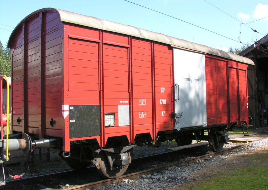 Gedeckter Güterwagen K3 SP 1710 in braun und frisch renoviert am 29. September 2007 in Sulgen vor der Remise | Bild: M. Simmons