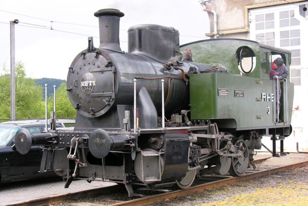 Zahnrad-Dampflok Eh 2/2 RHB 3 «Rosa» steht vor dem alten Depot in Heiden nach einer Revision im Winter am 30. Mai 2006 wieder unter Dampf und ist bereit für eine Probefahrt nach Rorschach. Bild: M. Simmons