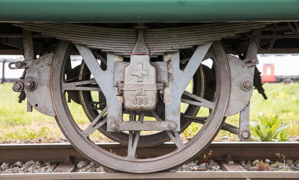Detailaufnahme des Achslagers des Personenwagens B2 9 «Fotowagen», deutlich zu sehen das Schweizerkreuz, die Ziffer neun und die Abkürzung ÜBB, welche für die Uerikon-Bauma-Bahn stand. 04.05.2019. Bild: Georg Trüb