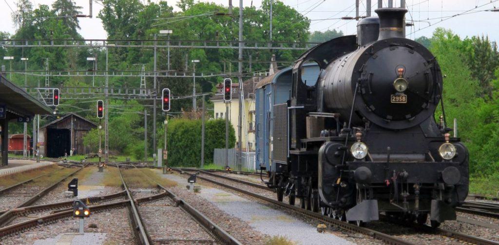 C 5/6 2958 mit K3 44735, Remise Sulgen im Hintergrund. 30. April 2011 Bild: H.U. Kneuss