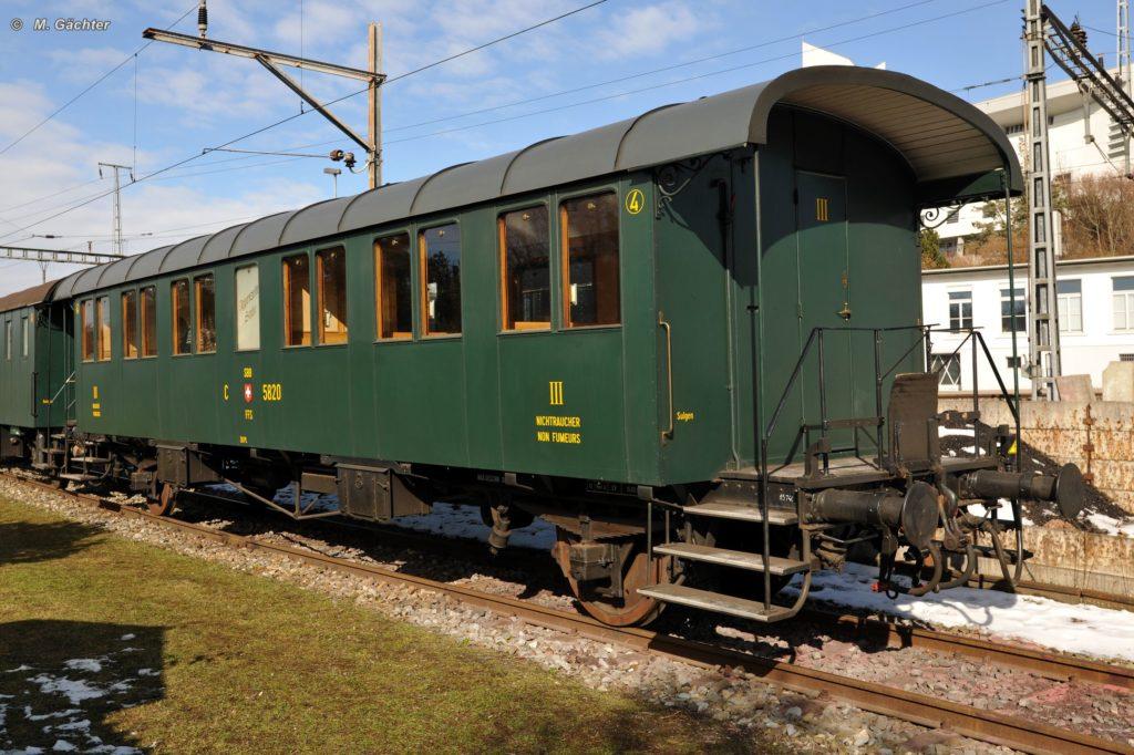 Die zweiachsige «Thurgauer Stube» C 2 5820 erstrahlt in schönstem grün in der Februarsonne, angeschieben ist am 21. Februar 2010 aber noch Appenzeller Stube. Bild: M. Gächter