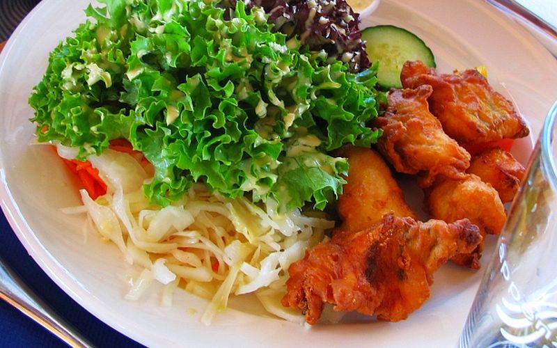 Hmmm.... Ein Teller mit feinen Fischnkusperli an gemischten Salat gab es z'Mittag auf dem Schiff