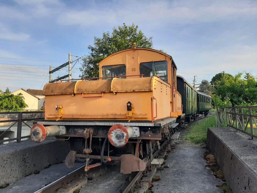 Der Akkumulator Schienentraktor Ta 2/2 Marie in ausgebleichtem orange wartet am Tag der Abholung auf einer Brücke im Anschlussgleis in Frauenfeld während der Überfuhr nach Sulgen. 12. Juni 2021. Bild: Riccardo Keller
