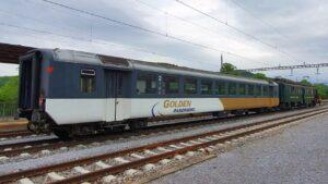 Während der Überfuhr nach Romanshorn wartet unsere Neuerwerbung EW I B 50 85 20-33 472-5 ex BLS, ex DSF zusammen mit dem «Apfelsaft-Express» in Rekingen AG. 24. Mai 2021. Bild: Sandro Giger