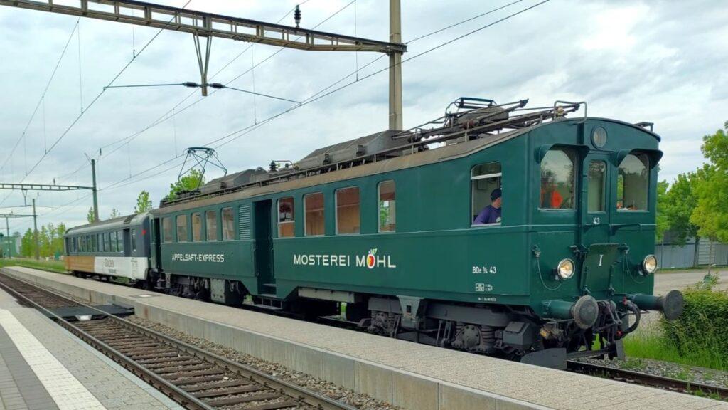 Neuerwerbung EW I B 50 85 20-33 472-5 ex DSF am Haken des «Apfelsaft-Express» in Tägerwilen-Gottlieben während der Überfuhr nach Romanshorn. 24. Mai 2021. Bild: Reinhard Müller